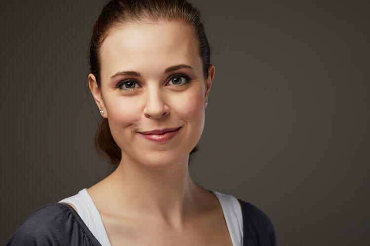 Make Up und Styling Tipps - geschminkte Frau mit natürlicher Ausstrahlung