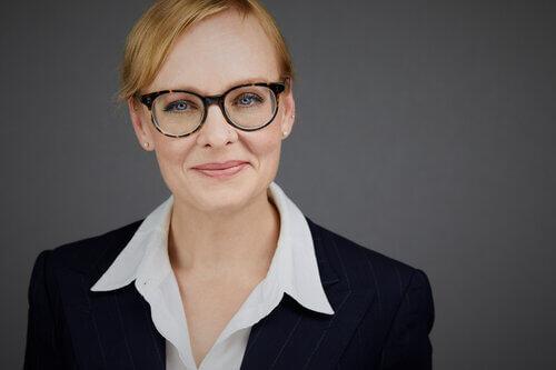 Portrait Headshot - Frau mit Brille uns offener Bluse
