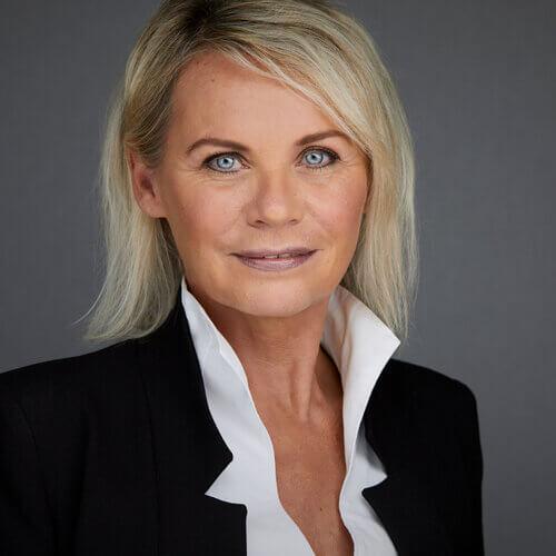 Headshot Photography Mödling - seriöse Frau mit blonden Haaren